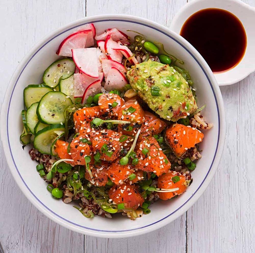 Poke bowl med salmalaks og quinoa! Perfekt til helgekosen