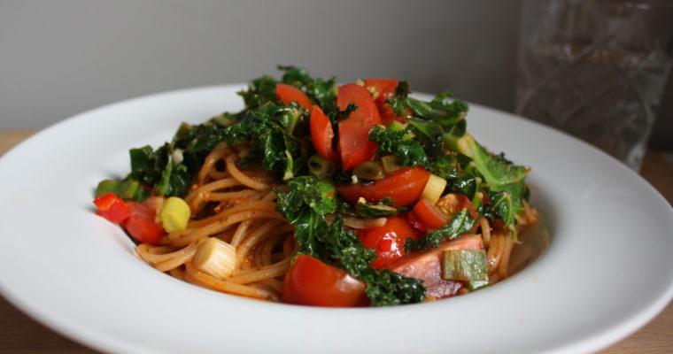 Fullkornspasta med grønnkål og pesto