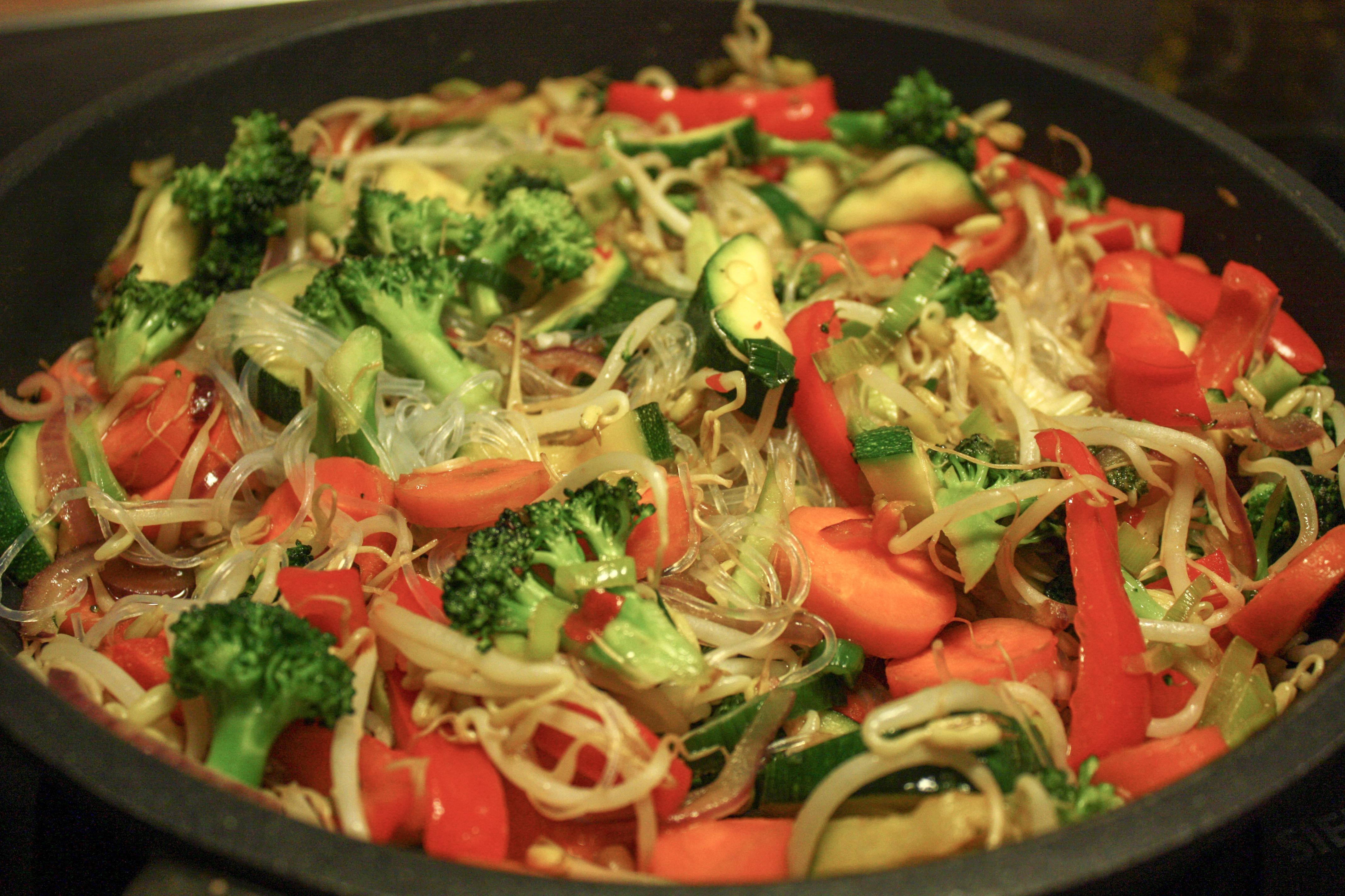 Wok med bønnespirer, brokkoli og glassnudler