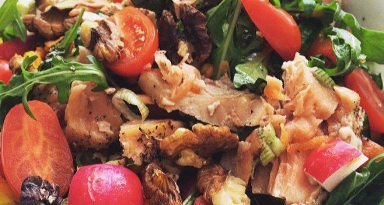 Salat med honningmarinert laks og valnøtter